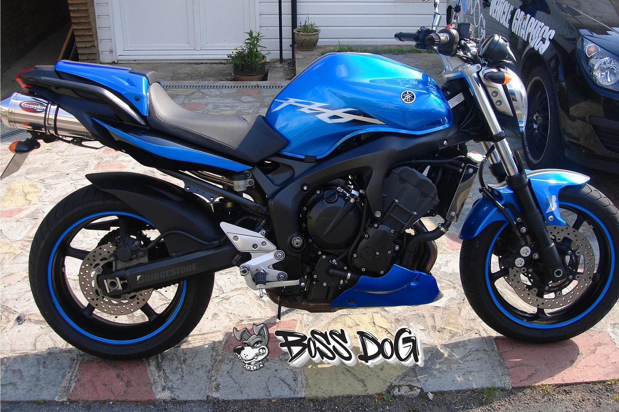 Yamaha 600 fazer motorbike wrapped in gloss blue